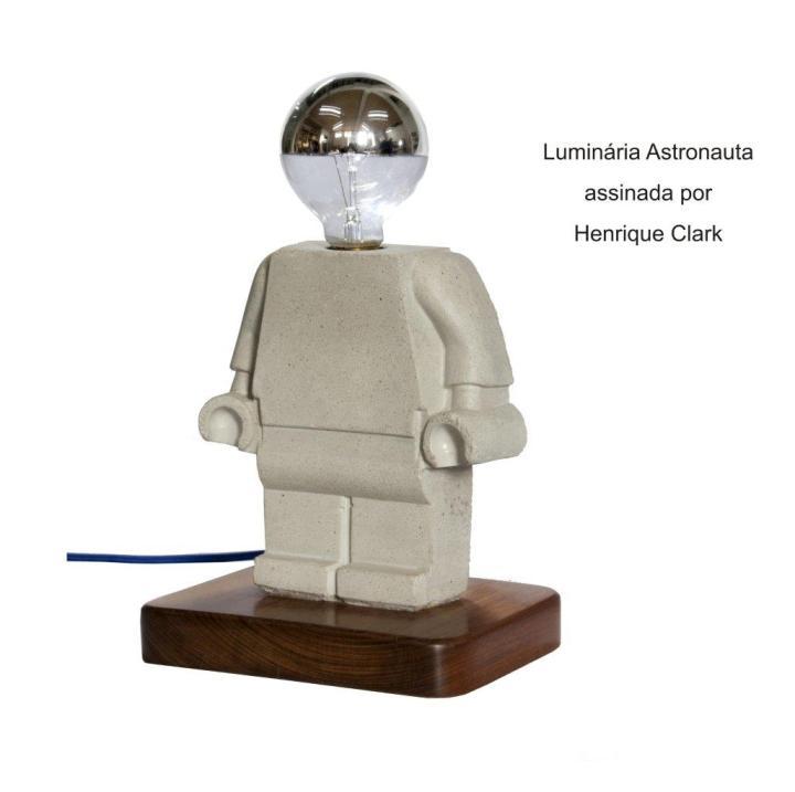 Luminária Astronauta assinada por Henrique Clark