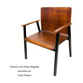 Poltrona com braço Magrela assinada por Victor Niskier